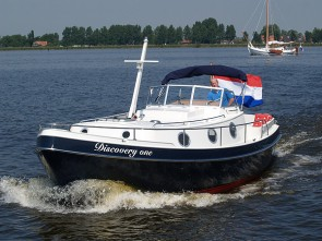 Cabin motor boat until a height of 2.10 metres 'Discovery One' with sailing instruction